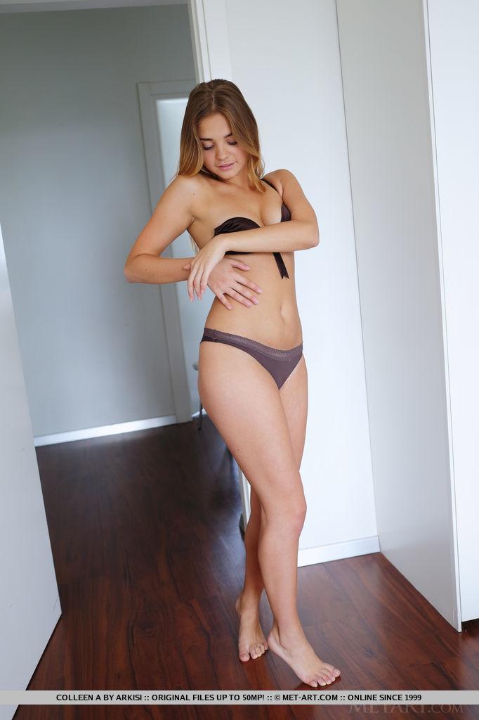 Tan girl naked ass